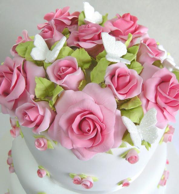 tarta de melocotón y limón decorada con rosas de azúcar