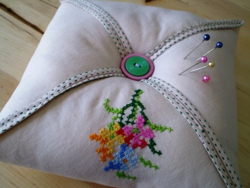 How to make a simple square pincushion...
