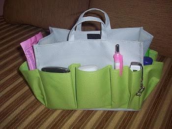 1. masukan segala perlengkapan Hp, tissue, make up dll ke dalam tas Organizer