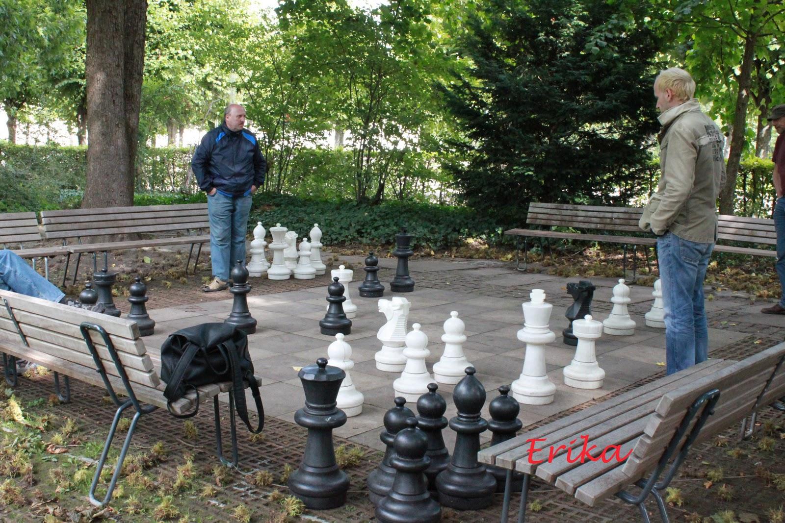 erikafotoviaggiando giocatori di scacchi nel giardino del castello di karlsruhe. Black Bedroom Furniture Sets. Home Design Ideas