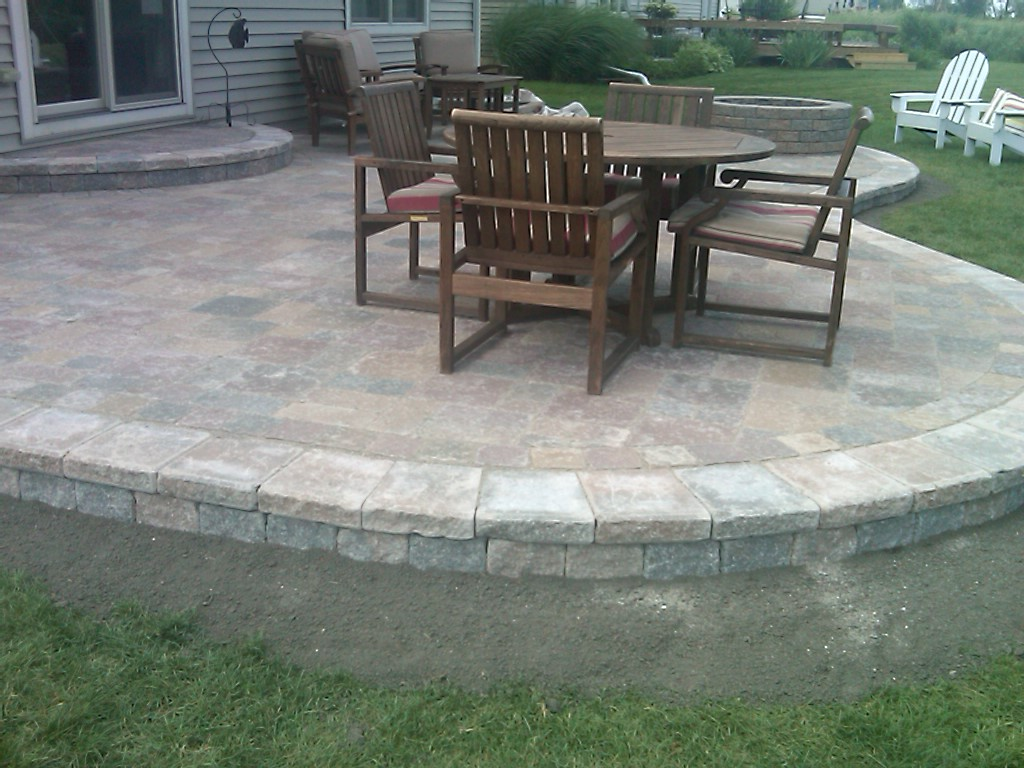 Simple paver patio home design roosa for Small stone patio ideas