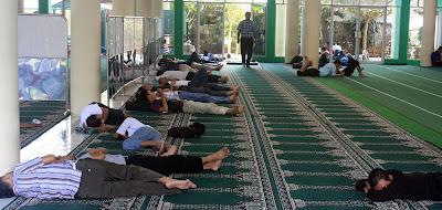 http://2.bp.blogspot.com/_7JfVD1rTrGg/SpOcgH_IlxI/AAAAAAAABcI/s2hWgKyc0AA/s400/Menunggu+adzan+Maghrib,+puluhan+warga+Karawang+mengisi+Bulan+Ramdhan+dengan+tidur-tiduran+didalam+Masjid+Agung+alun-alun..jpg