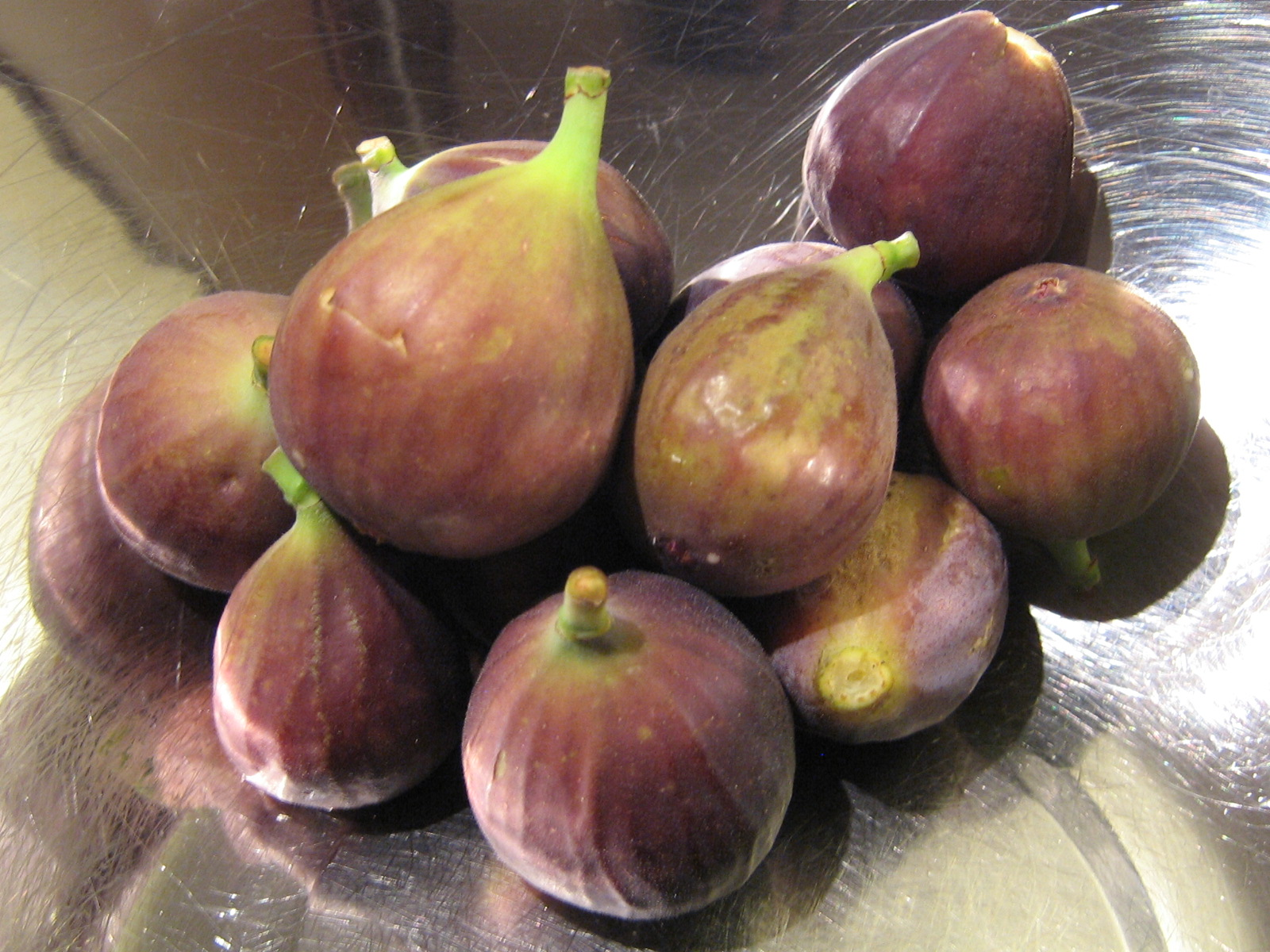 ripe figs When to harvest your figs: a ripe fig is soft and droops down from the branch  very ripe fruit are prone to splitting and will sometimes produce drops of sweet.