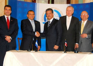 Pepe Lobo and Leonel Fernández sign an accord