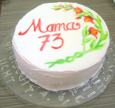 Coba-coba membuat kue ulang tahun sendiri.