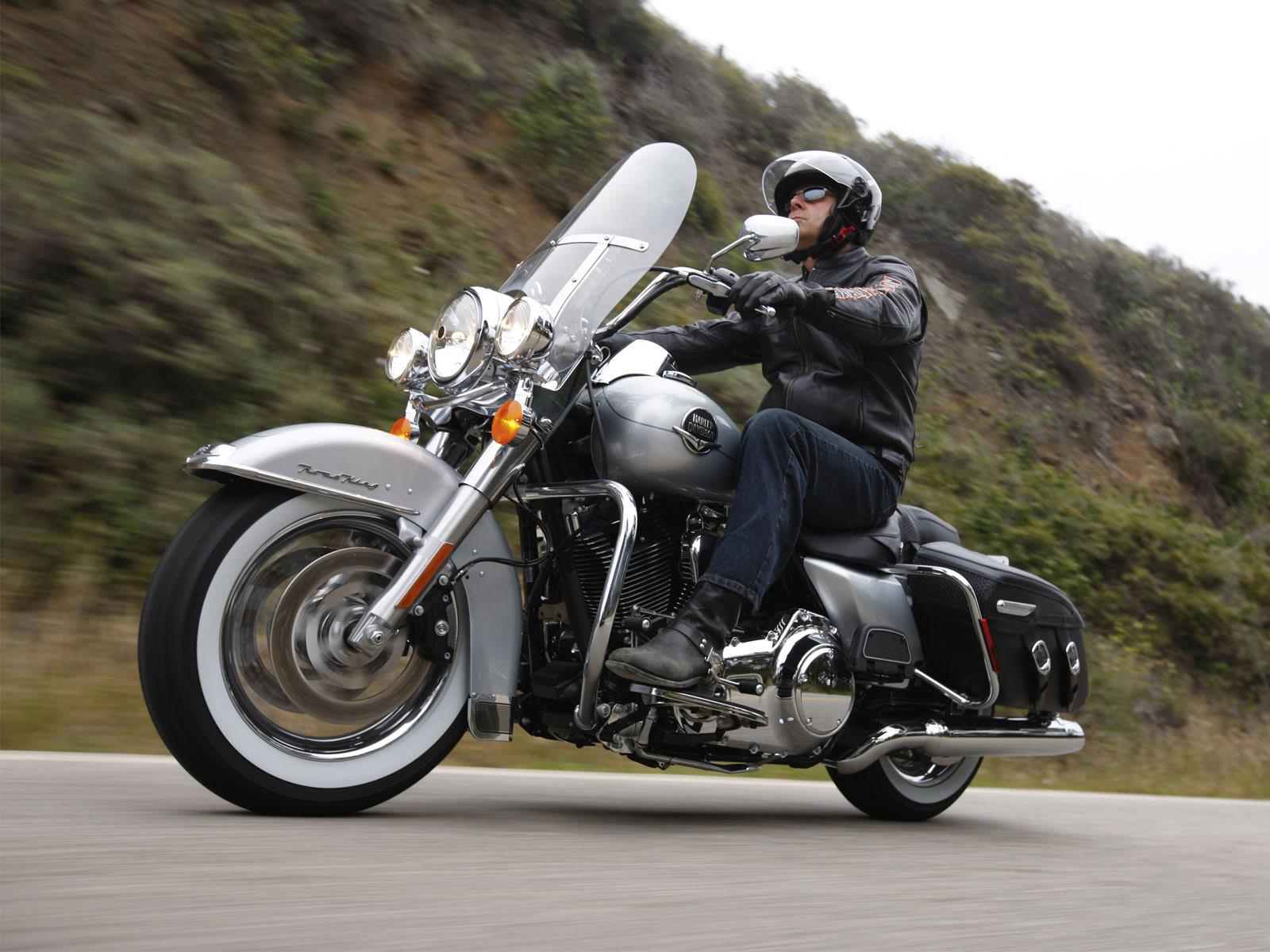 http://2.bp.blogspot.com/_7OBlGXSTB6s/TBRPBEofM4I/AAAAAAAAByU/kV-sRflUstI/s1600/Harley-Davidson+_FLHRC_Road_King_Classic_08.jpg