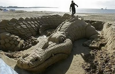 Sculpture-Crocodile-sand