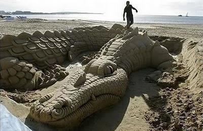 Sculpture-Crocodile-sand