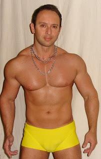 Gostosos de sunga amarela