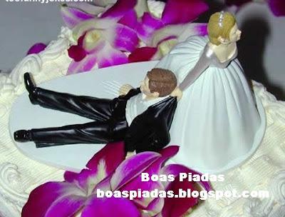 Bolo de casamento com noiva arrastando o noivo pelo colarinho