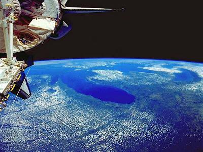 Foto do perfil do planeta terra tendo ao fundo o espaço sideral.
