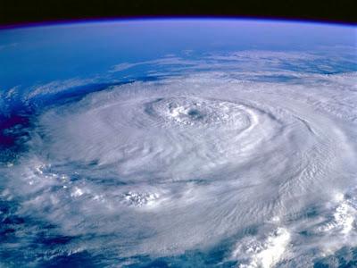 Foto de furacão sobre o oceano visto do espaço.