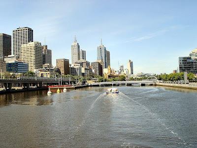 Paisagem diurna das margens do Rio Yarra, vistas a partir do rio - Melbourne