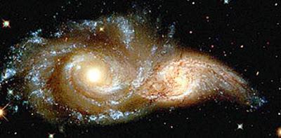Hubble: duas galáxias girando e se fundindo