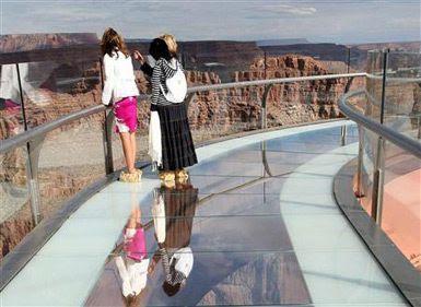 Turistas observando a paisagem na passarela.