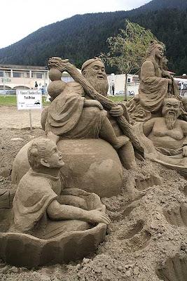 Escultura: monges budistas criados a partir da areia com riqueza de detalhes
