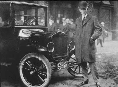 Henry Ford fotografado com um Ford Modelo T