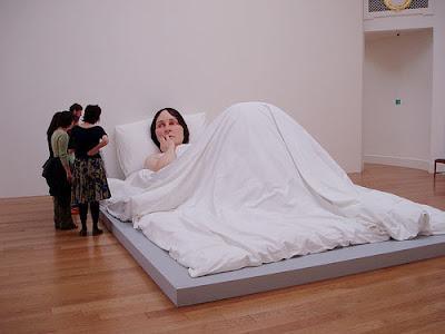 Escultura de Ron Mueck: Mulher na Cama