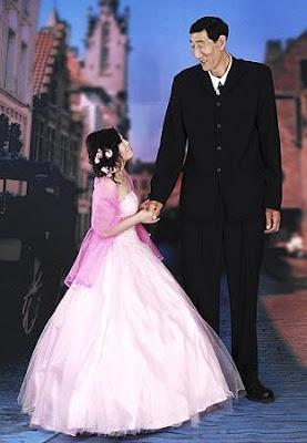 Bao Xishun, o homem mais alto do mundo casou-se com uma moça de 1,69m.