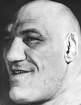 Face enorme de Tillet, que tinha orelhas de wrestler.