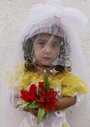 A noiva de 3 três anos, com véu e flôres