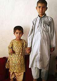 O casal de noivos: ele 7 anos e ela com 3.