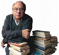 Luis Fernando Verissimo posa com alguns de seus livros