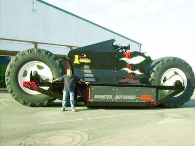Comparação da enorme motocicleta com uma pessoa comum.