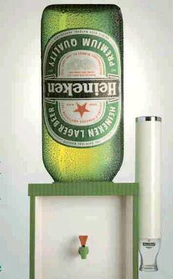 Bebedouro geladeira usa garrafa gigante de cerveja ao invés dos tradicionais garrafões de água.