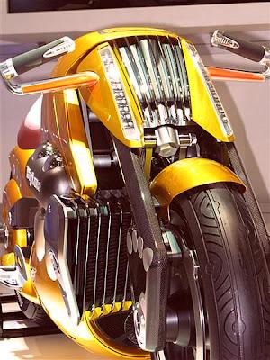 Foto enfocando guidão e manete da moto.