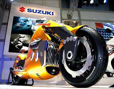 Visão inferior e frontal da Suzuki Biplane