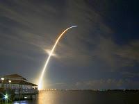 Bela Imagem de lançamento de foguete espacial da Nasa serve de plano de fundo.