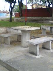 Veja  a  Tampa da mesa que estava quebrada a prefeitura  veio selecionar  o problema