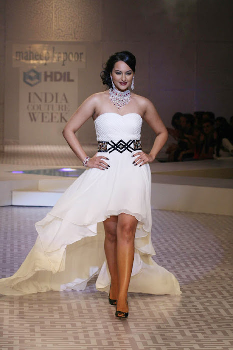 Sonakshi Sinha on Ramp Walk @ Rat HDIL Pics - N/W  Sonakshi-Sinha-On-Ramp-At-HDIL-9