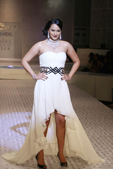 Sonakshi Sinha on Ramp Walk @ Rat HDIL Pics - N/W  Sonakshi-Sinha-On-Ramp-At-HDIL-11