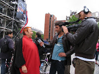 Equipa do Consigo a entrevistar pessoa na rua, em Paris