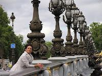 Cristina Silva a apresentar o Consigo numa ponte de Paris