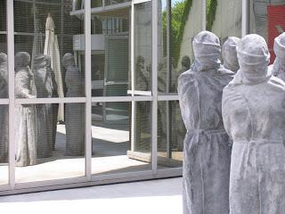 Estátuas à entrada do Museu Internacional da Cruz Vermelha e do Crescente Vermelho, em Genebra