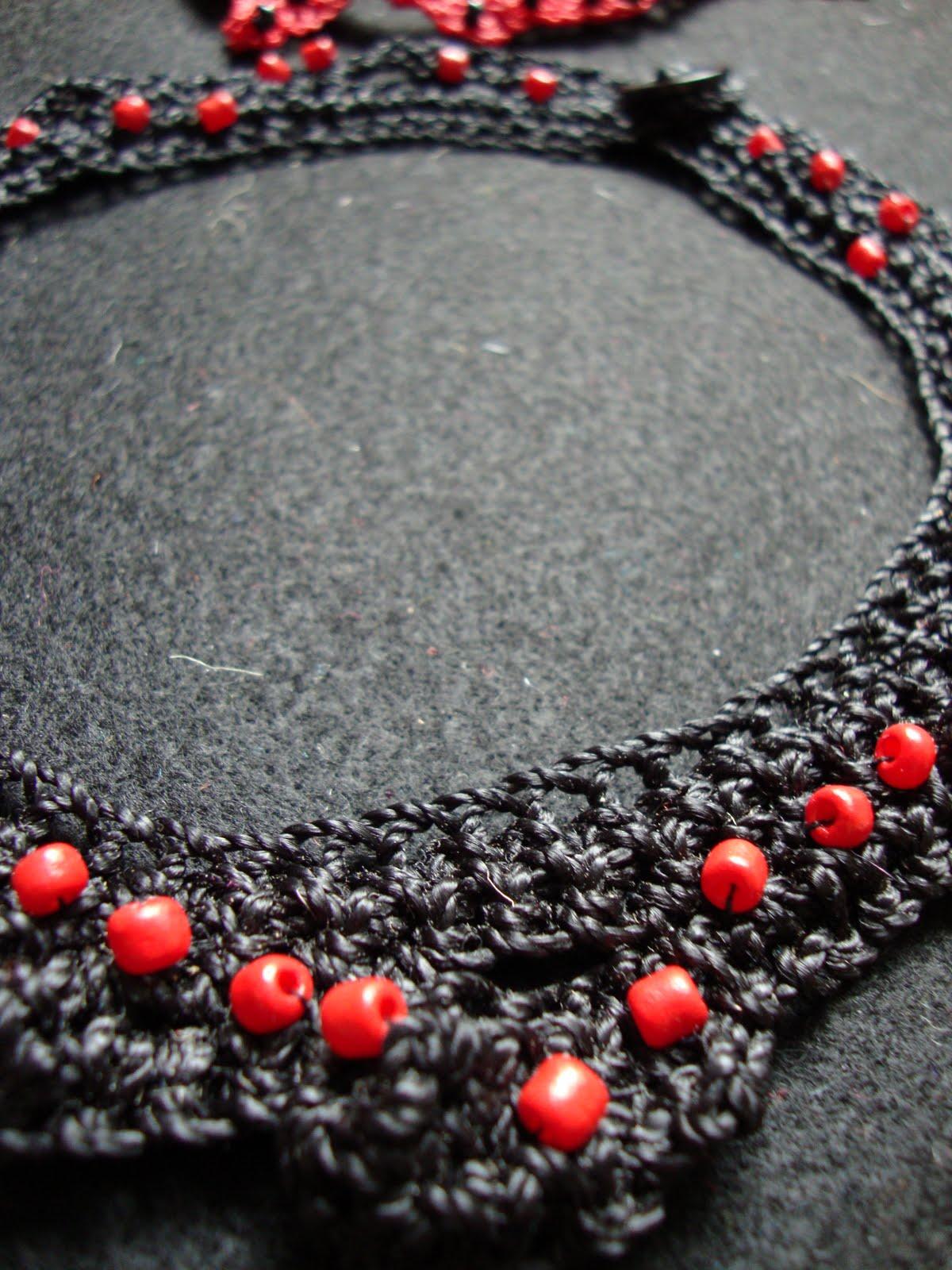 Collares tejidos a crochet en hilo encerado. No hay ningún patrón así que nunca habrá otro igual.