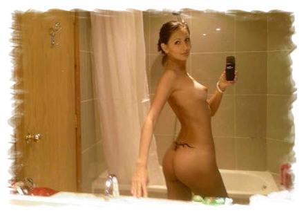 Zdjęcie [z lustra] - goła dziewczyna przed kąpielą, odbicie w lustrze