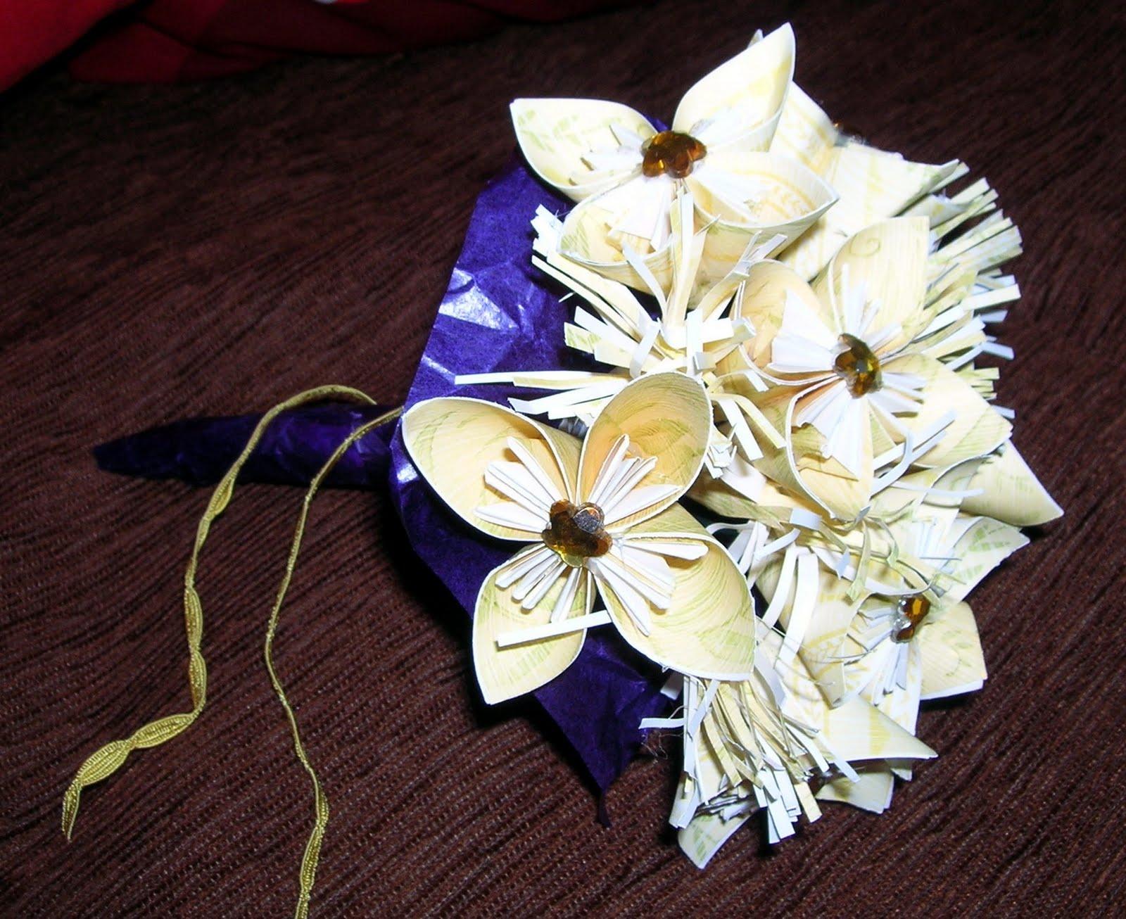 Amiche scrappose bouquet di fiori x un addio al nubilato for Fiori di carta di giornale