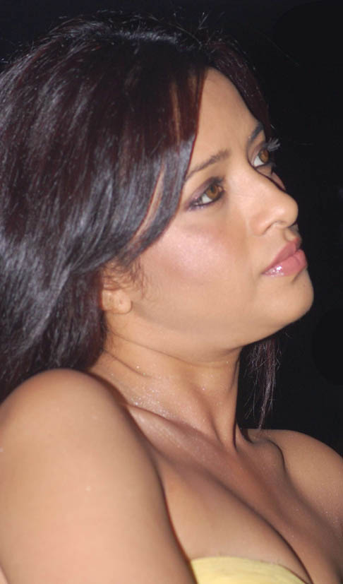 Click to see cute Reema Sen almost looking nude
