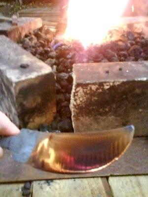 Grâce à certaines pièces de matière première, je peux expérimenter plus facilement de nouvelles formes de lames.