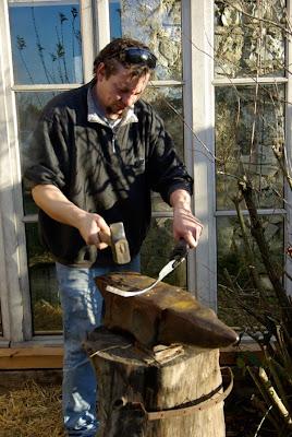 J'ai l'idée d'une nouvelle forme de couteau de table. Je me met à l'œuvre...