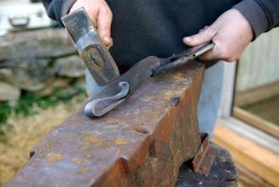 Quelques coups de marteau pour peaufiner le manche...