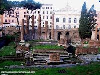 restes del teatre de Pompeu amb el Teatre Argentina al fons