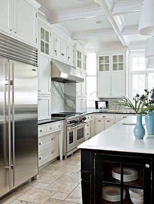 http://2.bp.blogspot.com/_7hOb4y0RrPg/S4hGEC-nZcI/AAAAAAAAB6g/y8BzF-pMBaY/s400/Black+Island+White+Cabinets.jpg