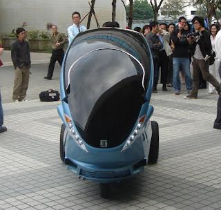 Taiwan è decisa a combattere la crisi con le auto elettriche: questo è il nuovo Ecooter, avveniristico veicolo elettrico a quattro ruote, presentato questo mese a Taiwan.