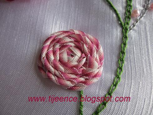 Плетение цветков атласными лентами