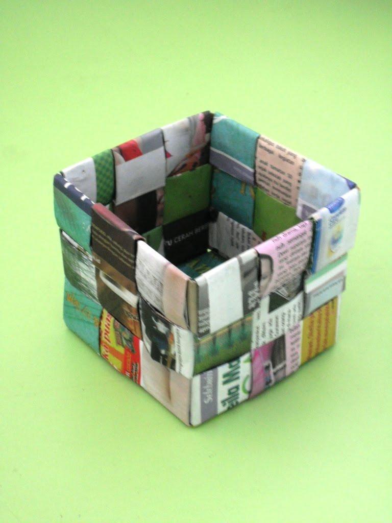 ... bahan yang dibutuhkan adalah koran atau tabloid bekas dan sedikit lem